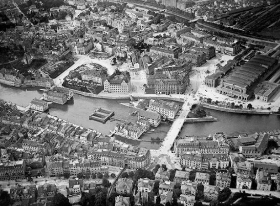 Aerial photograph of Zurich, 1910 Source: http://www.skyscrapercity.com/showthread.php?t=564911 The Limmat mills survived well into the twentieth century but are now completely disappeared. Turner's viewpoint is at the far end of the left –hand row of mills looking left to the Rathausbrucke, out of frame to the left. The railways station can be seen to the right.