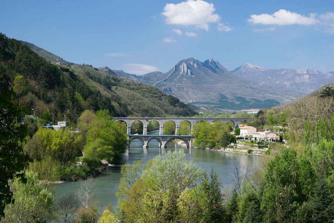 Sisteron: The Pont du Buech from La Baume Photograph by David Hill, 13 April 2014, 11.52 am. Taken from the road to St Giniez, not far from the Dominican Convent, looking along the river Buech to the Pont, with the citadel of Sisteron to the left, and the Montagne de l'Ubac in the distance Click to view full-size and then press your browser's 'back' button to return to this page.