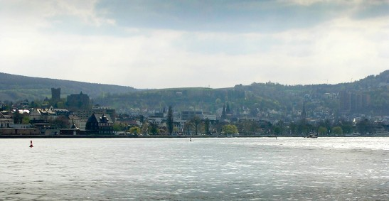 Photograph by David Hill, 20 April 2006, 16.10 It is only on this line of sight that Ehrenfels can appear both in profile and silhouetted. Click on image to open full size.